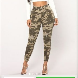 BNWT Fashion Nova camo distressed highwaisted jean